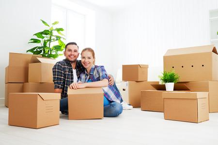 Trasferirsi in un nuovo appartamento. Coppie felici della famiglia e un sacco di scatole di cartone. Archivio Fotografico - 46284702