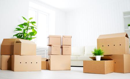 bewegen. veel kartonnen dozen in een lege nieuwe flat