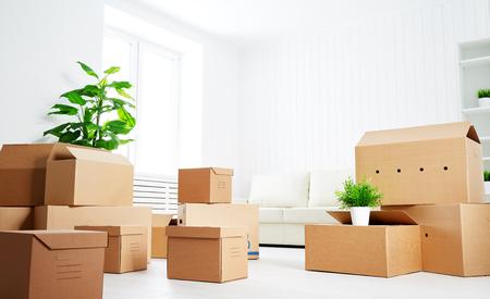 nowy: ruszaj się. wiele kartony w pustym nowego mieszkania Zdjęcie Seryjne