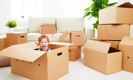 casita de dulces: mudarse a un nuevo apartamento. niño feliz en una caja de cartón