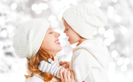 gente feliz: madre de familia feliz y su hija bebé niño en un paseo de invierno en el bosque Foto de archivo