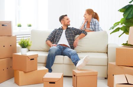 새 아파트로 이동. 행복한 가족 부부 및 골 판지 상자를 많이.