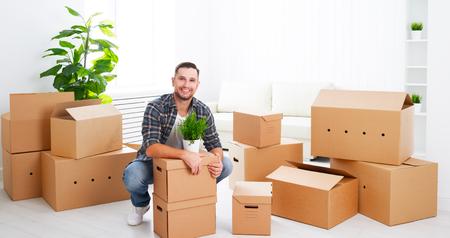 verhuizen naar een nieuw appartement. Jong gelukkig man met kartonnen dozen