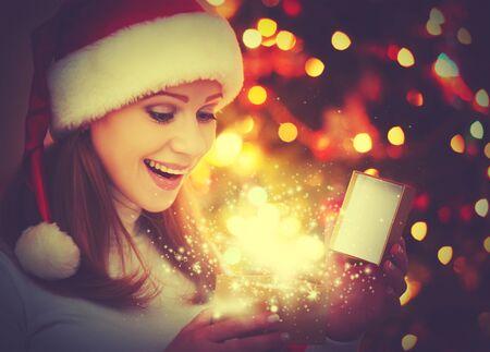 nacht: glückliche Frau mit magischen Geschenke Weihnachtsnacht