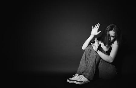 mujer llorando: mujer triste en la depresi�n y la desesperaci�n llorando en negro fondo oscuro Foto de archivo