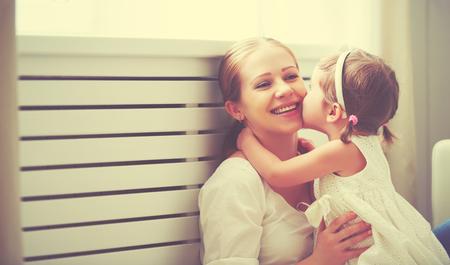 ragazza innamorata: Felice famiglia amorevole. madre e figlio ragazza a giocare, baciare e abbracciare