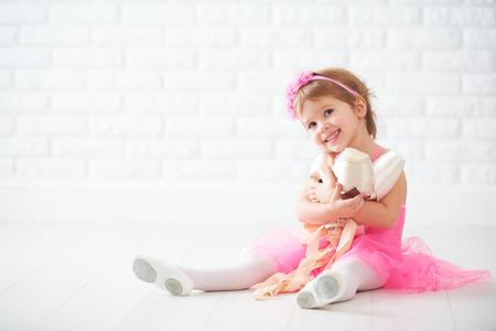 chaussure: petits rêves de petites filles de devenir ballerine avec des chaussures de ballet et des chaussures de pointe dans une jupe tutu rose