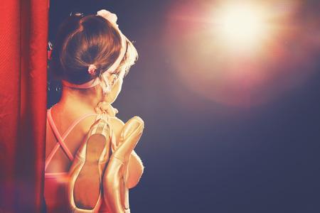 Klein kind meisje ballerina ballet danser op het podium in het rood kant scènes en kijken in Odeum Stockfoto - 50410612