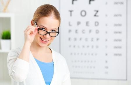 Überprüfung des Sehvermögens. Frau in den Gläsern auf den Arzt Augenarzt Augenoptiker Standard-Bild