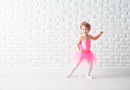 klein kind meisje droomt ervan om ballerina in een roze tutu rokje