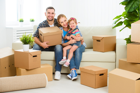 新しい家に移動。段ボール箱と幸せな家庭