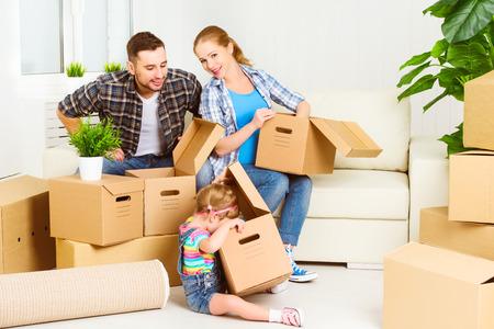 mudarse a una nueva casa. Familia feliz con cajas de cartón