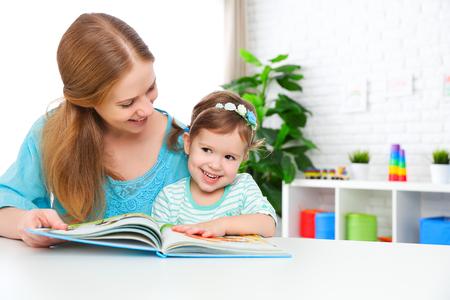 moeder en kind samen lezen van een boek thuis