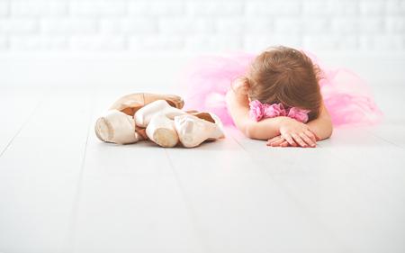 バレエ シューズやポワント シューズ ピンクのチュチュ スカートの中で小さな子少女バレリーナ 写真素材