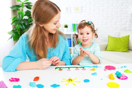 de creativiteit van kinderen. kind met zijn moeder beeldhouwt van klei