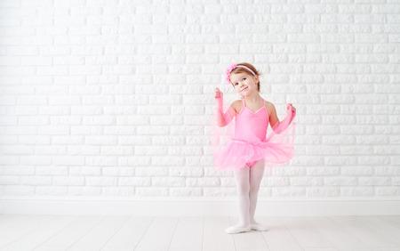 małe dziecko dziewczyna marzy o zostaniu baletnicą w spódnicy różowe tutu