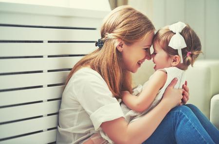 Amante de la familia feliz. la madre y el niño de la muchacha de juego, besos y abrazos