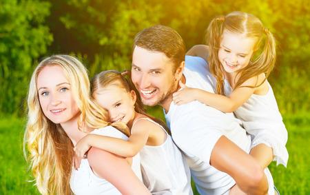 mom dad: familia feliz en la naturaleza de las hermanas gemelas de verano, madre, padre e hijos