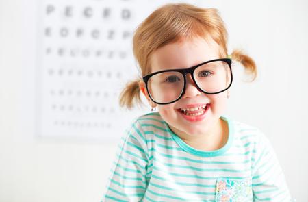 Concepto de prueba de visión. Chica niño con gafas en el oftalmólogo médico Foto de archivo - 50959332