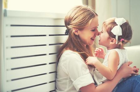 bambini: Felice famiglia amorevole. madre e figlio ragazza a giocare, baciare e abbracciare