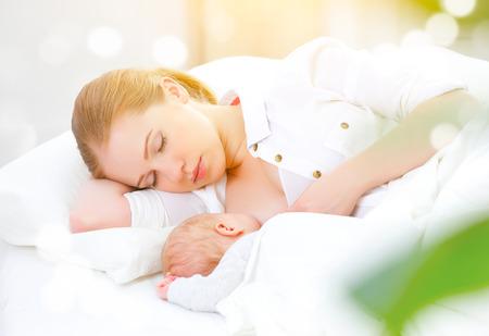 samen slapen en borstvoeding moeder en haar pasgeboren baby in een witte bed