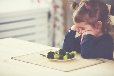 Kind Mädchen nicht mag und will nicht essen Gemüse Lizenzfreie Bilder