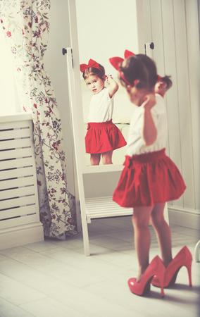 빨간 치마에 집에서 거울을보고 어린 여자 아이 패셔니, 어머니의 신발