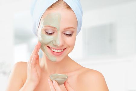 schönes Mädchen im Badezimmer und Maske für Gesichtspflege