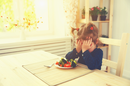 kisbabák: gyermek lány nem szereti, és nem akar enni zöldséget