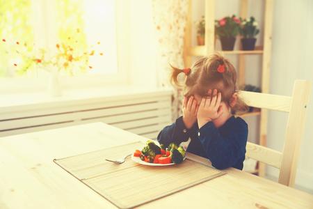 comiendo: niña hijo no le gusta y no quiere comer verduras