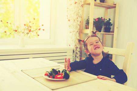 eten: kind meisje houdt niet van en wil niet om groenten te eten Stockfoto