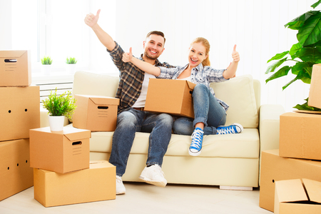 verhuizen naar een nieuw appartement. Gelukkige familiepaar en veel kartonnen dozen. Stockfoto