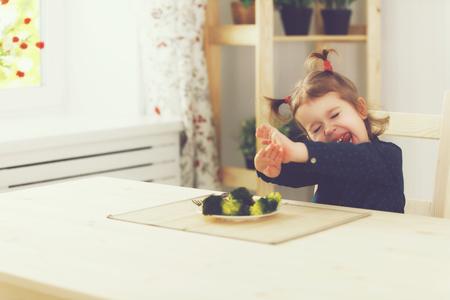 petite fille triste: fille enfant n'aime pas et ne veut pas de manger des l�gumes