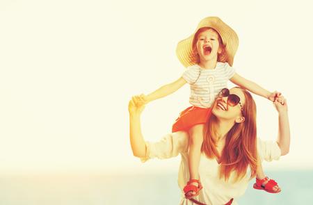 glückliche Familie Mutter und Kind Tochter am Strand bei Sonnenuntergang im Sommer