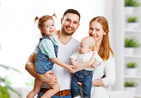 gelukkige familie moeder, vader en twee kinderen thuis Stockfoto