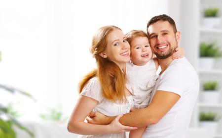 mère de famille heureuse, le père, la fille d'enfant à la maison