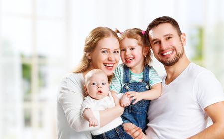 glückliche Familie Mutter, Vater und zwei Kinder zu Hause Standard-Bild