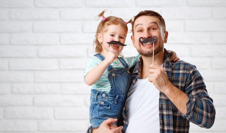 divertido padre de familia y su hija niño con un bigote Foto de archivo