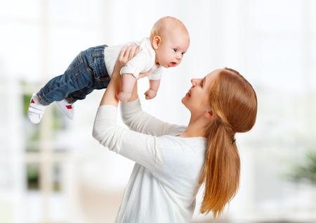 madre y bebe: feliz jugando madre de familia vomita bebé niño en el hogar