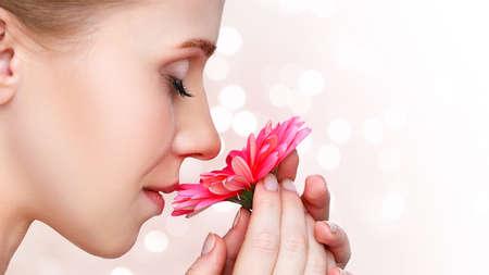 tabaco: Retrato de la belleza natural de una niña con una flor rosa gerbera