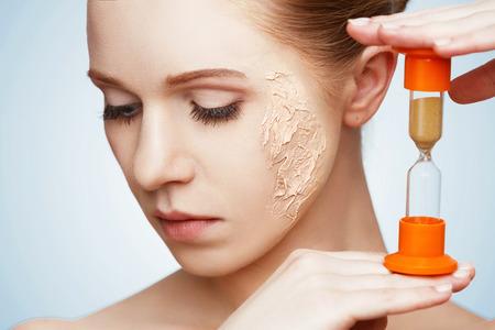 beauté concept de rajeunissement, renouvellement, soins de la peau et de la peau des problèmes avec sablier