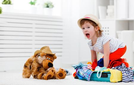 glückliches Kind Mädchen den Koffer im Urlaub sammeln Standard-Bild