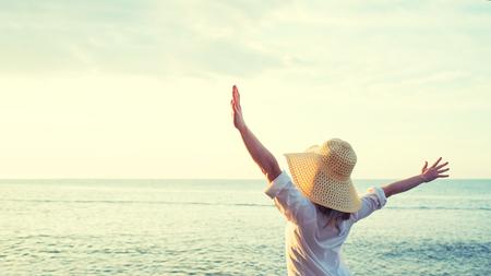 행복 한 여자는 팔을 뒤로 뻗은 바다에서 해변에서 인생을 즐길 서 스톡 콘텐츠