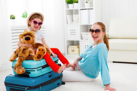 maleta: feliz madre e hija hijo maletas turísticos familia Bolsas para vacaciones