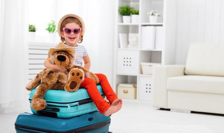 niña feliz niño recoger la maleta de vacaciones