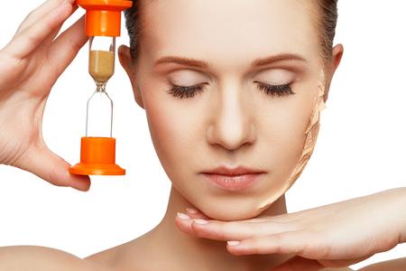Beauty-Konzept Verjüngung, Erneuerung, Hautpflege und Hautprobleme mit Sanduhr