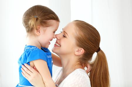 mama e hija: Amante de la familia feliz. la madre y el niño de la muchacha riendo y abrazando