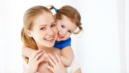 행복 한 사랑 가족. 어머니와 자식 소녀 웃으면 서 포옹 스톡 콘텐츠
