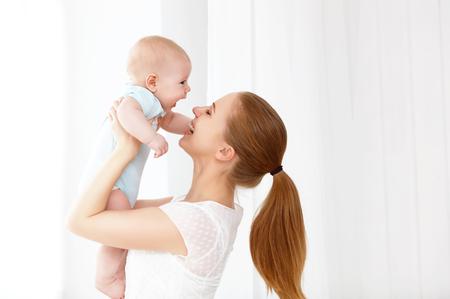 gelukkig gezin moeder spelen met pasgeboren baby Stockfoto