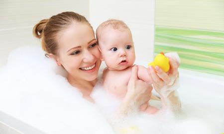bañarse: bañarse en un baño de espuma con la madre junto hijo del bebé Foto de archivo